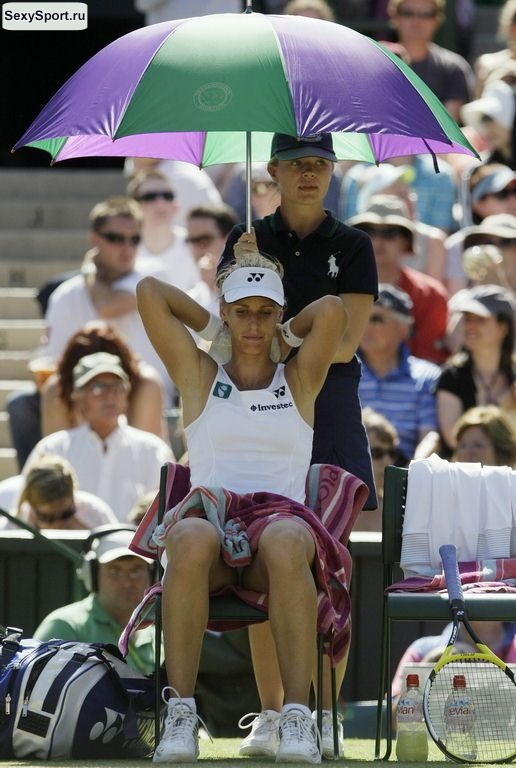 Теннисистка в белых трусиках сидит